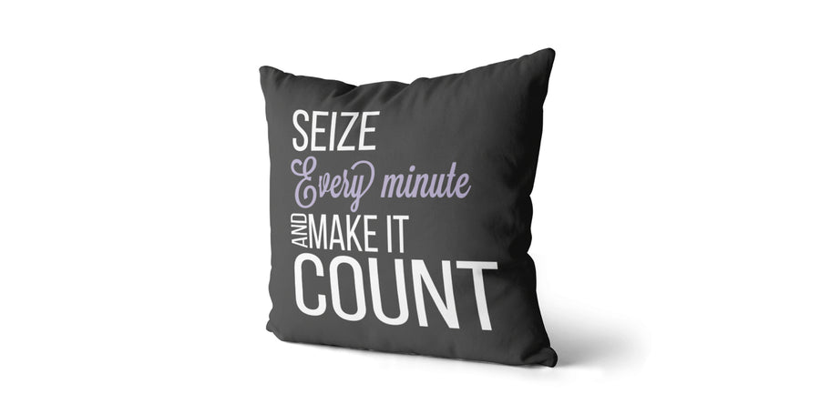Coussin Seize every minute and make it count couleur charcoal et lilas