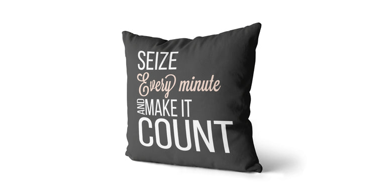 Coussin Seize every minute and make it count couleur charcoal et nude