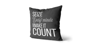 Coussin Seize every minute and make it count couleur charcoal et gris moyen