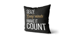 Coussin Seize every minute and make it count couleur noir et or