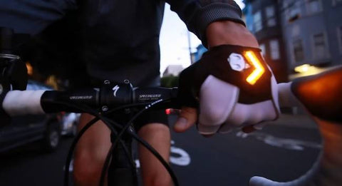 Cycling gloves to signal turns