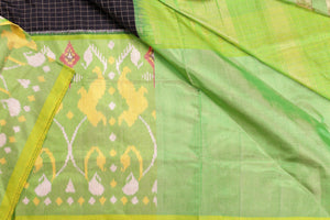 Green border design detail of pochampally silk saree