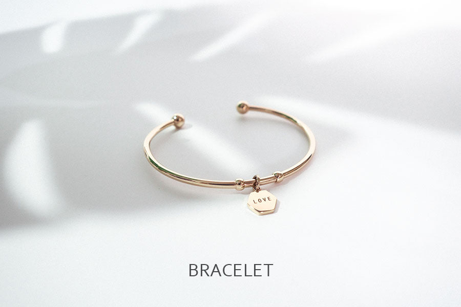 Minimalist bracelet with pendants engraved with inspirational words or quotes