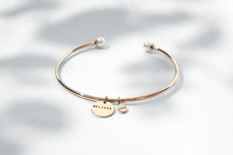Pearl bracelet with custom engraved words on round pendant rose gold