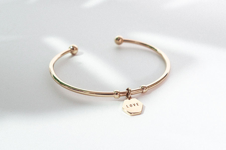 Rose gold bracelet with hexagon pendant engraved be brave
