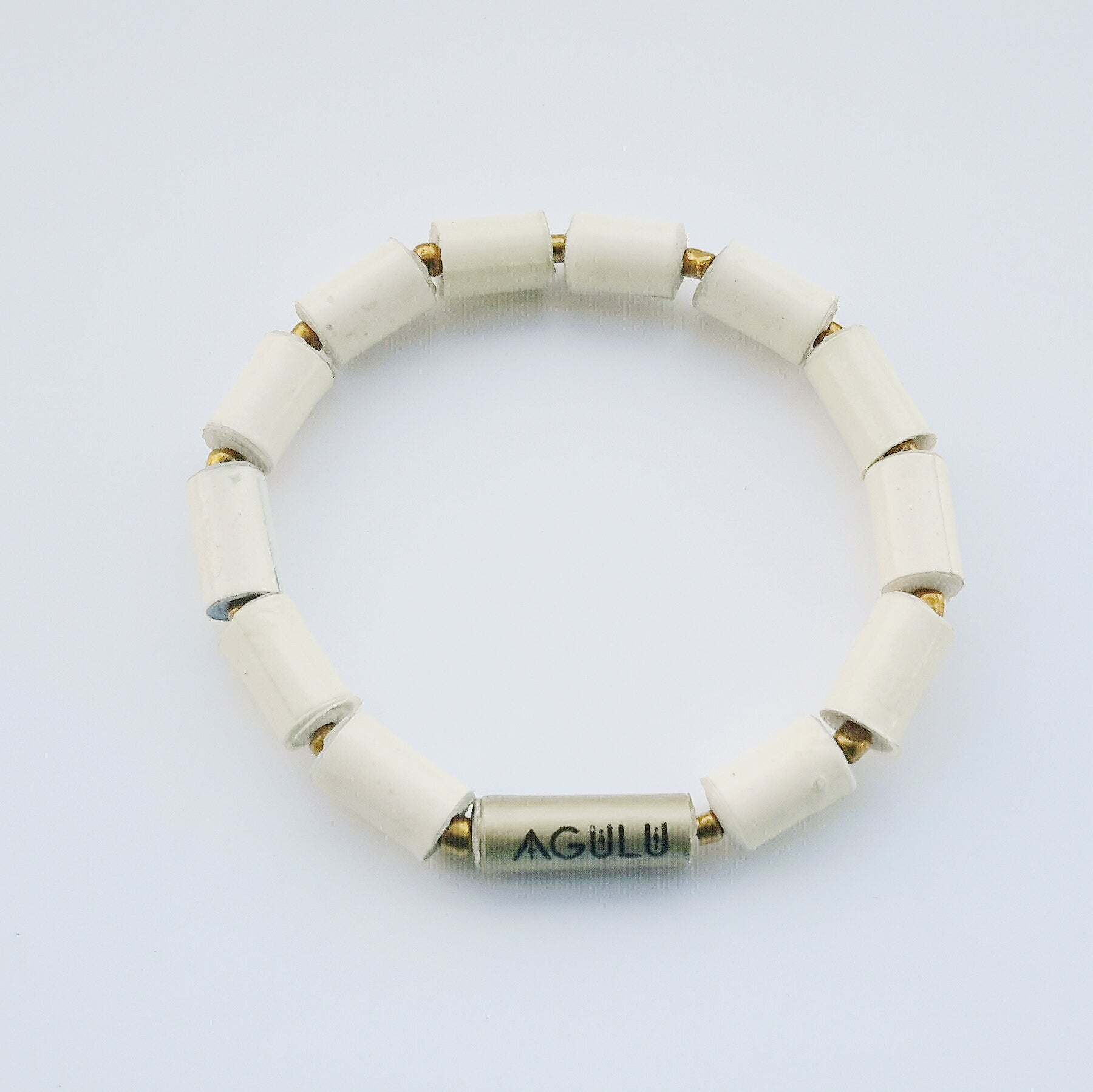 Natural white hand made ethical design paper bead bracelet made out of recycled paper in Uganda by principles of fair trade, ethical and sustainable fashion, empowering women of post war area, by Finnish / Scandinavian brand, Agulu Paper Beads. Eettinen luonnonvalkoinen käsintehty design rannekoru, joka on tehty kierrätyspaperista reilun kaupan periaattein työllistämällä Ugandalaisia nasia.