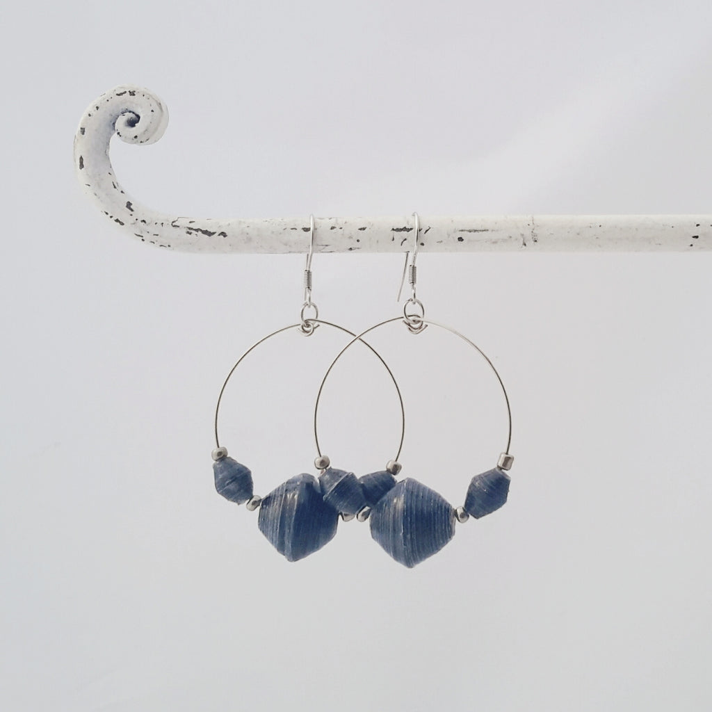 Denim blue / navy blue paper bead earrings made in Uganda by principles of fair trade and ethical and sustainable fashion by Agulu paperbeads. Farkunsiniset / tummansiniset korvakorut,  jotka on tehty paprihelmistä Ugandassa eettisin ja reilun kaupan periaattein kierrätyspaperista.