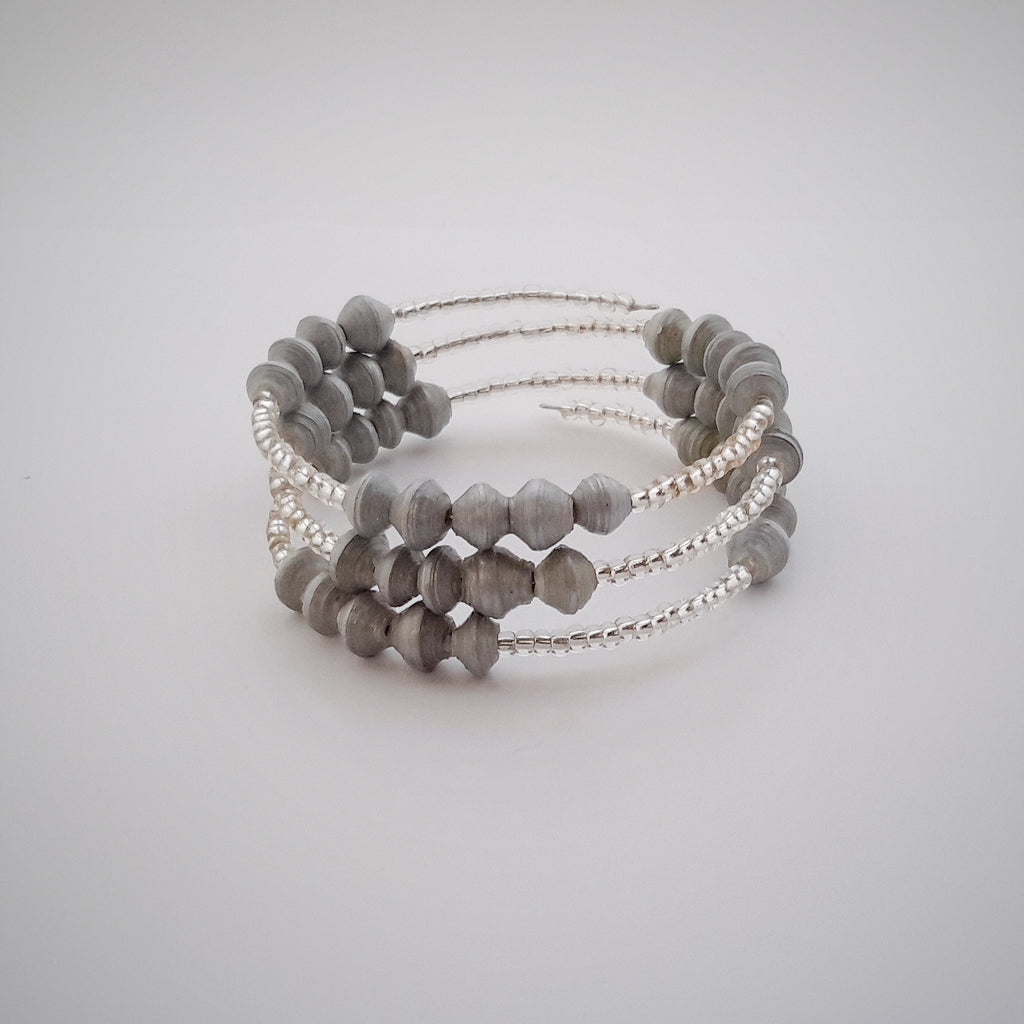 Hand made design paper bead bracelet made out of recycled silver coloured paper in Uganda by principles of fair trade, ethical and sustainable fashion, by Finnish brand, Agulu Paper Beads. Eettinen hopeanvärinen käsintehty design rannekoru, joka on tehty kierrätyspaperista reilun kaupan periaattein työllistämällä Ugandalaisia naisia.