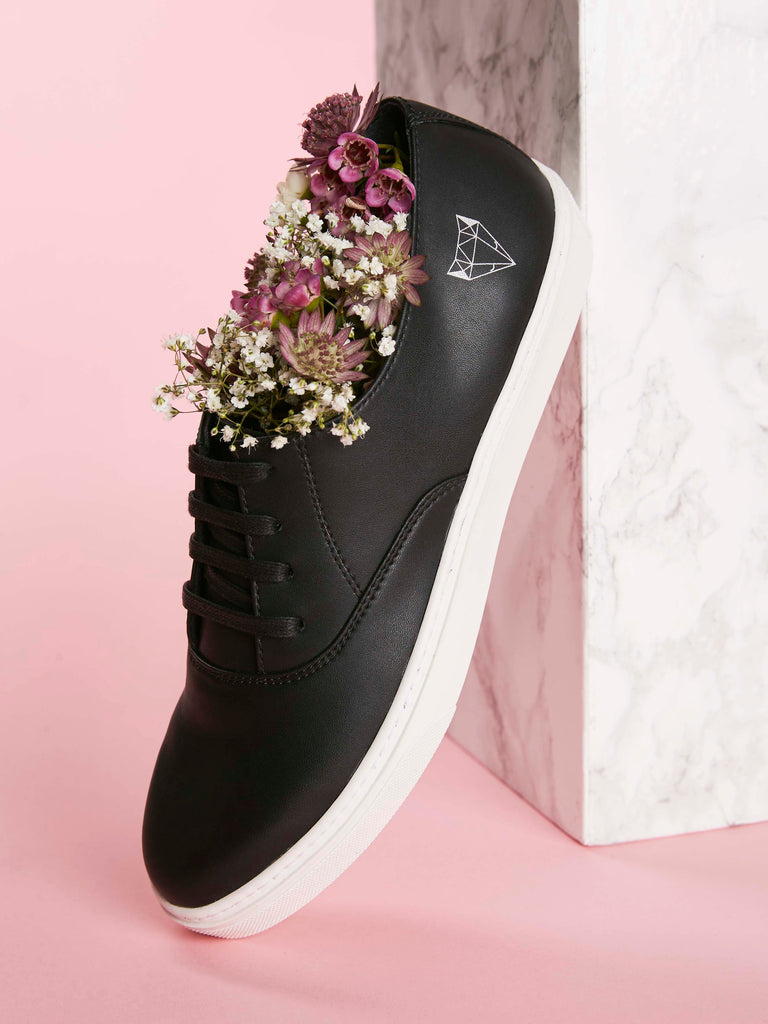 Laika vegan sneakers in black. Dreamed in Paris, made in Europe.