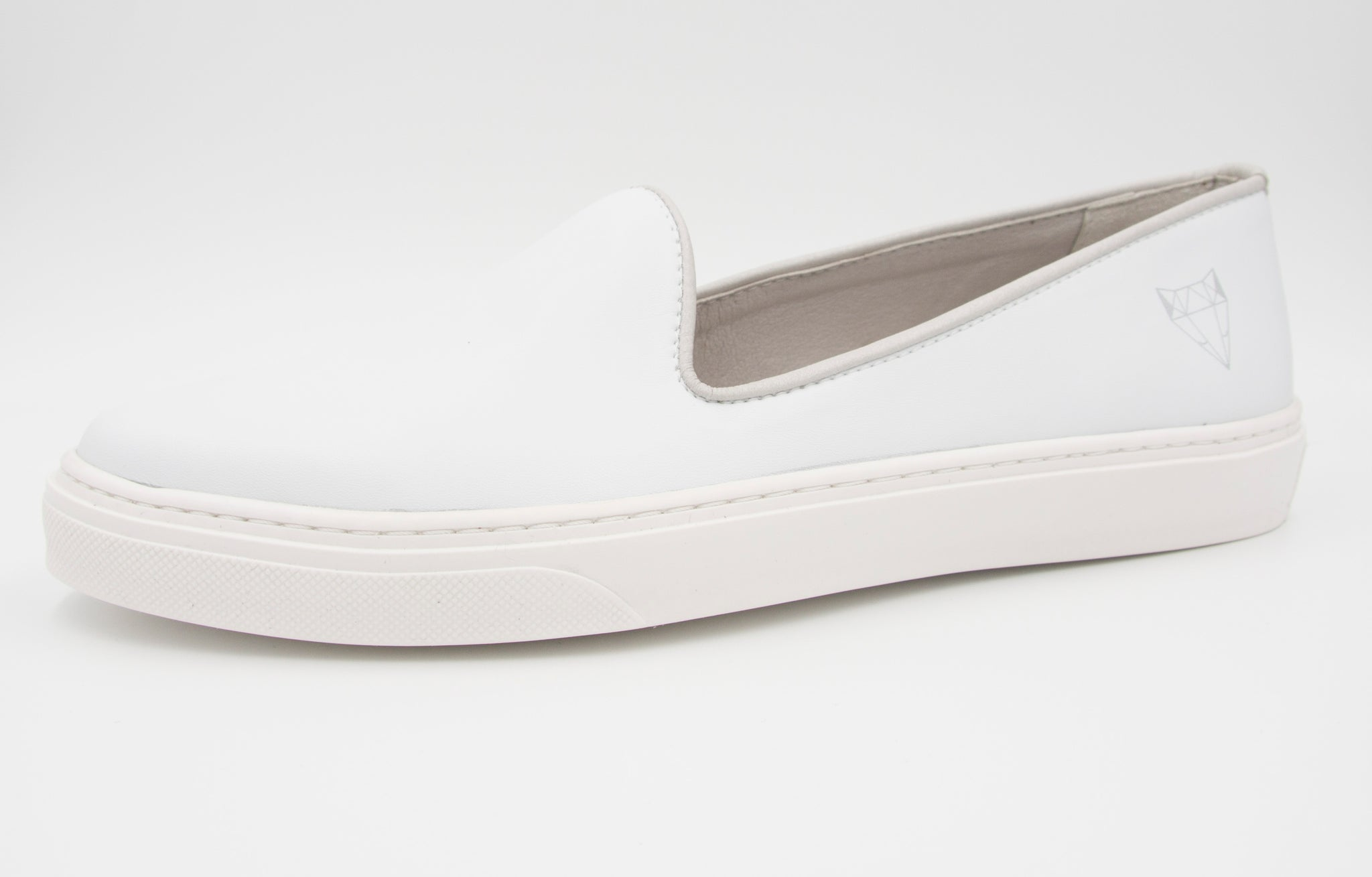 Vegan white cruelty-free slippers made in Paris, all materials come from within the EU