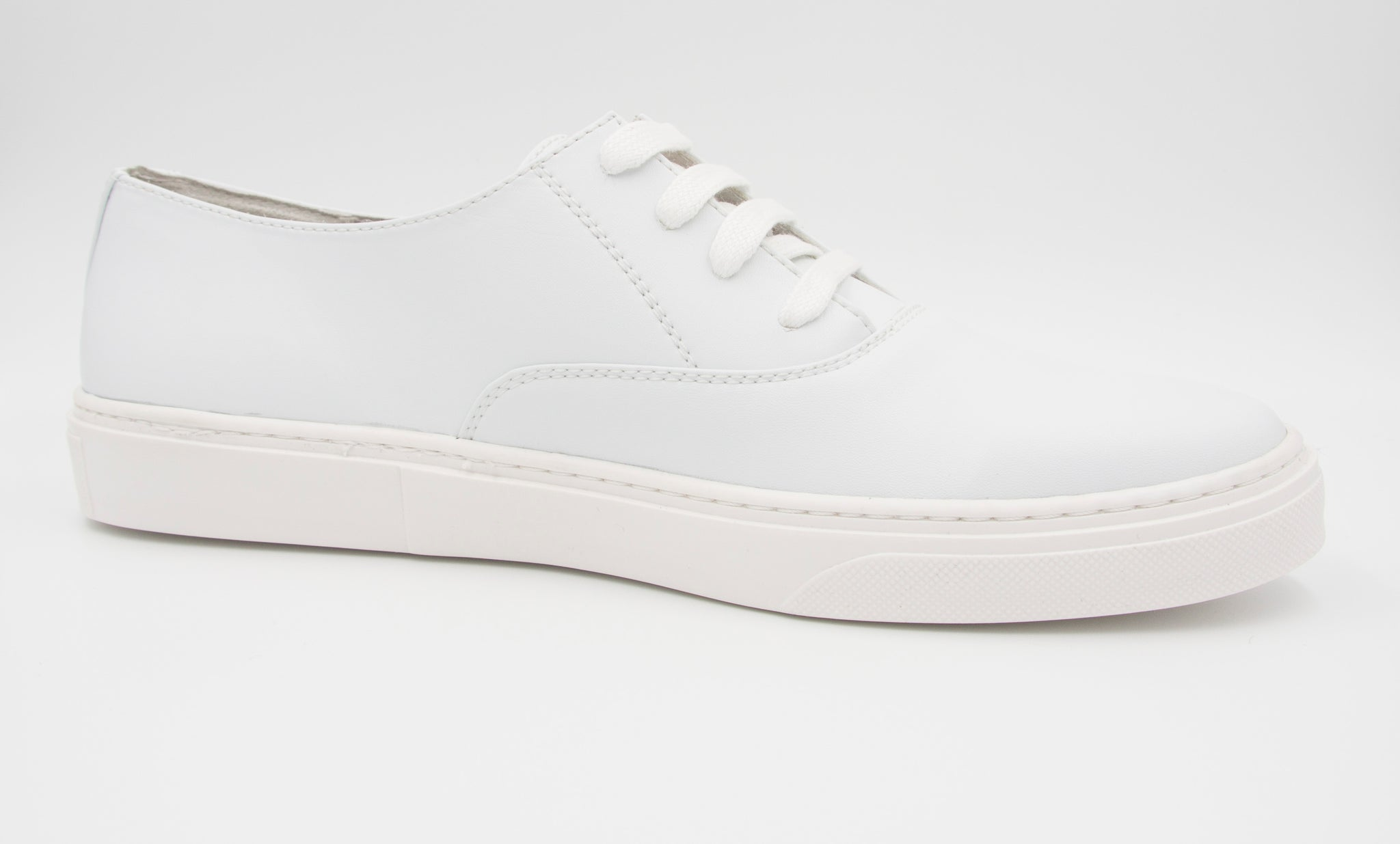 Vegan white sneakers made in the EU of cruelty-free materials.