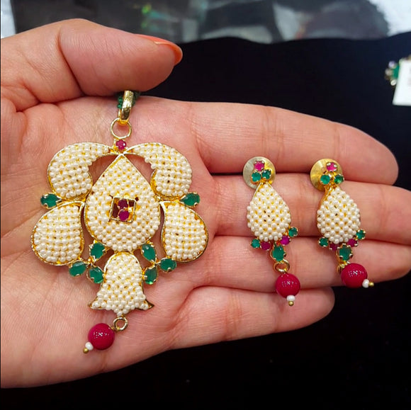 Multicolored Pendant Set with Pearls and Semiprecious Stones - The Pink Lane