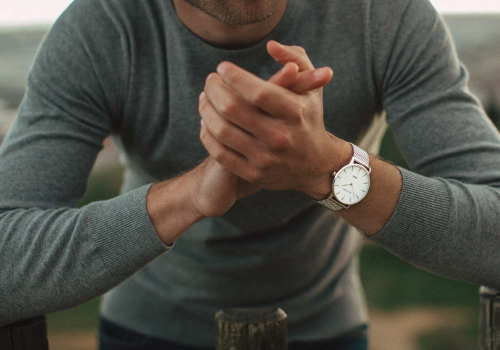 Man in grey shirt wearing a classic and minimalistic Gallivant watch