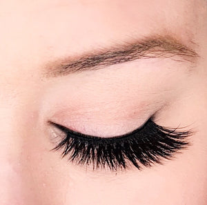 Dollhouse Lashes Silk Lash in Masterpiece is a double layered and criss-crossed to give you a full dramatic look.