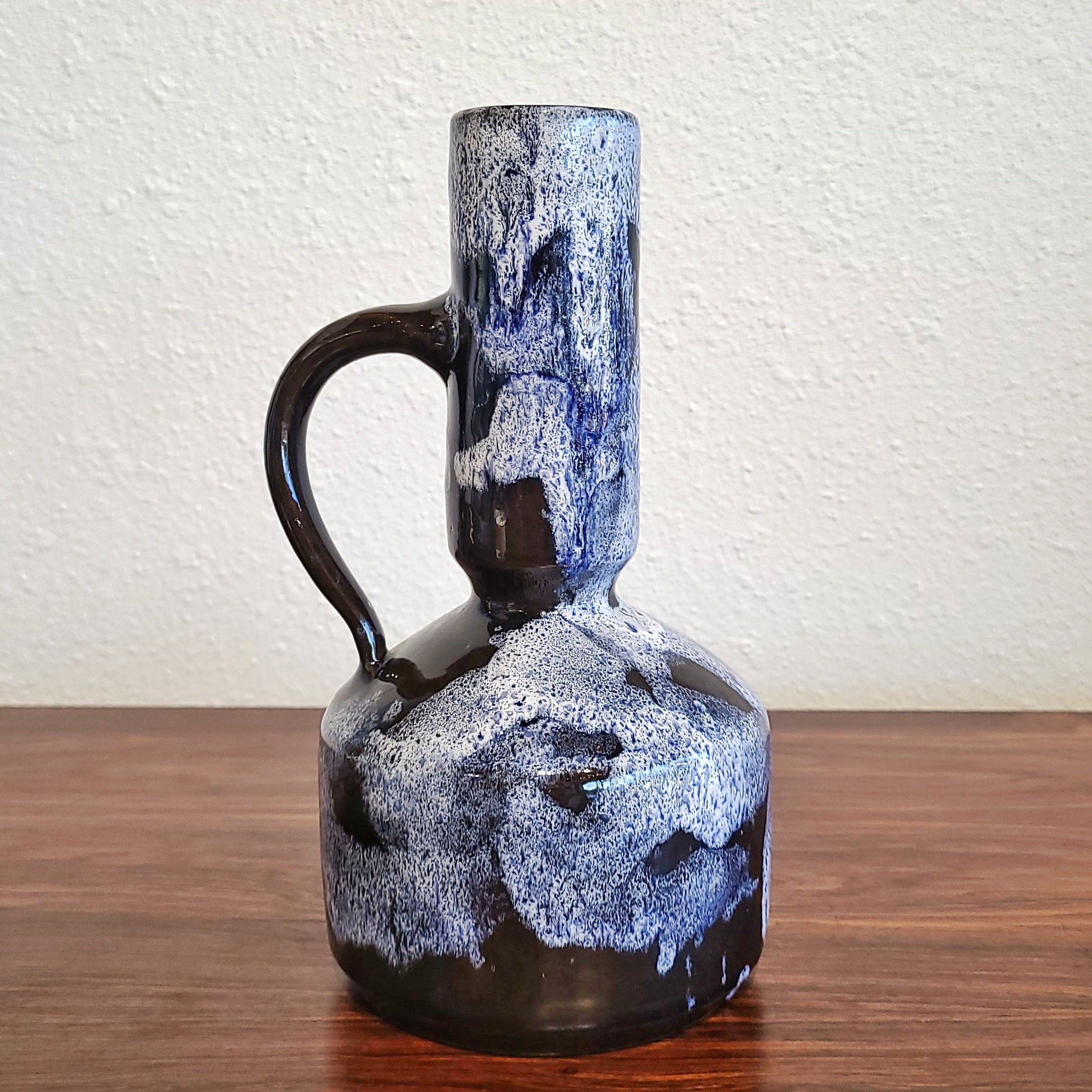 UNUSUAL BLUE AND WHITE STUDIO POTTERY HANDLE VASE (SIGNED)