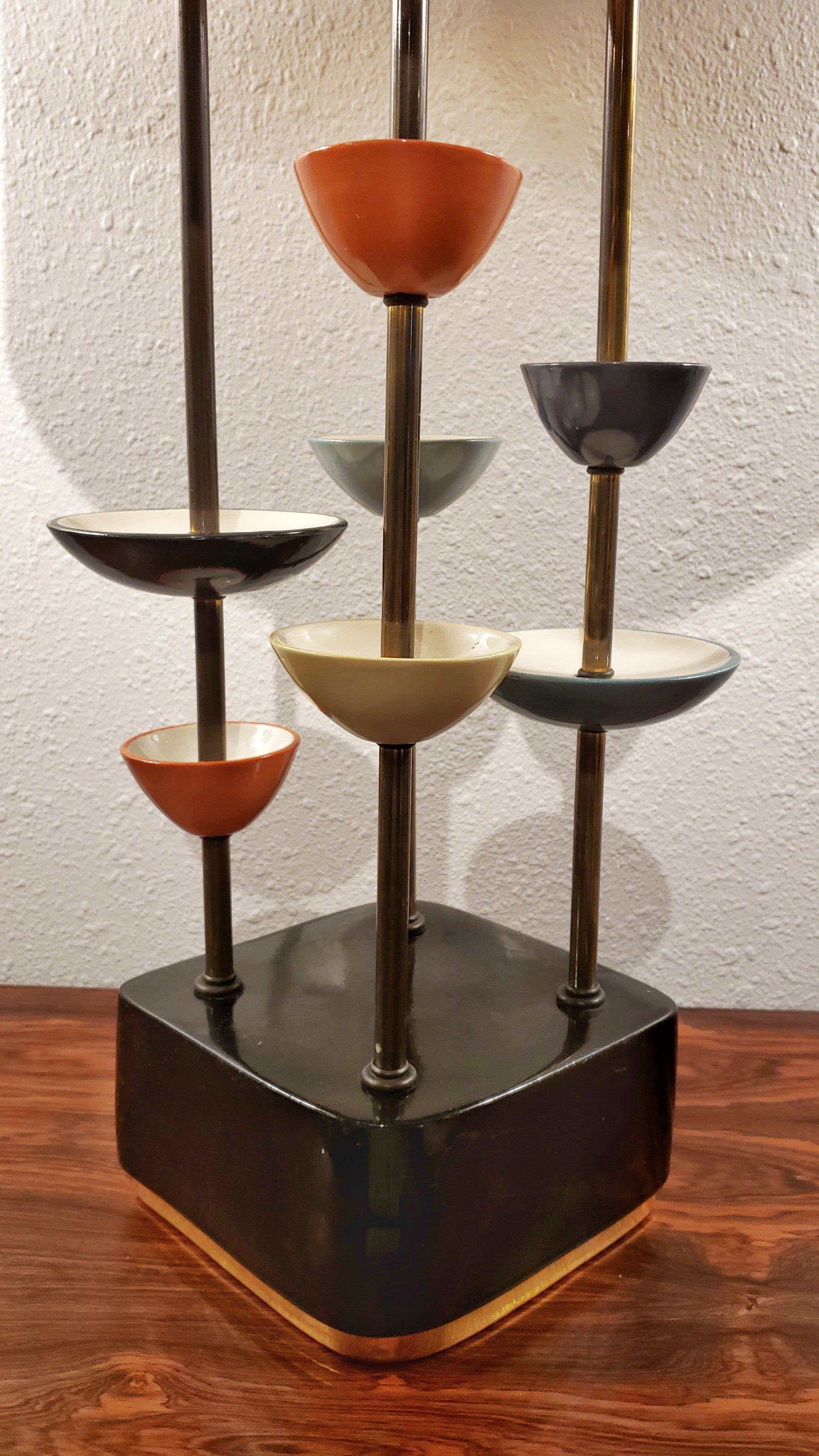 MODERN CERAMIC AND BRASS TABLE LAMP IN THE STYLE OF JOUVE