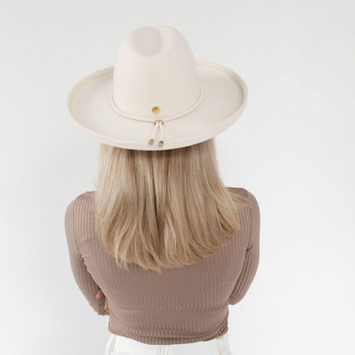 Load image into Gallery viewer, Off white hat with brim and tie around the hat