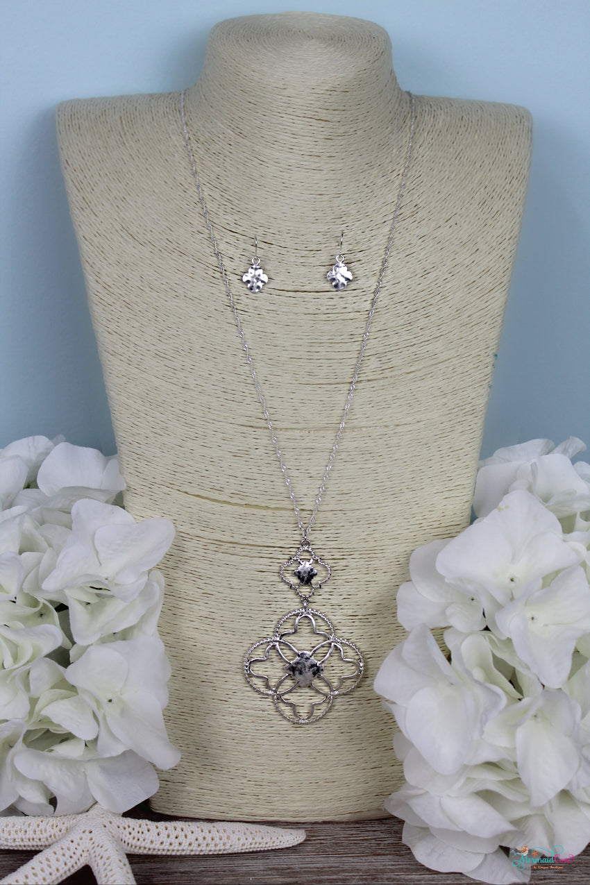 Quatrefoil Iconic Metal Pendant Necklace Set- Available in 2 Colors