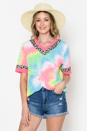 TIE DYE PRINT V-NECK TOP WITH LEOPARD & CORAL BANDS