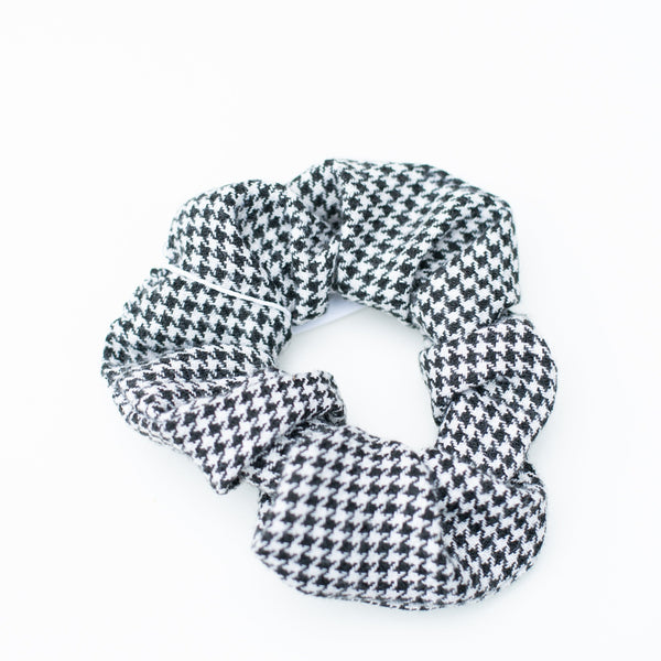 & EVERYTHING NICE BEBE - HOUNDSTOOTH SCRUNCHIE