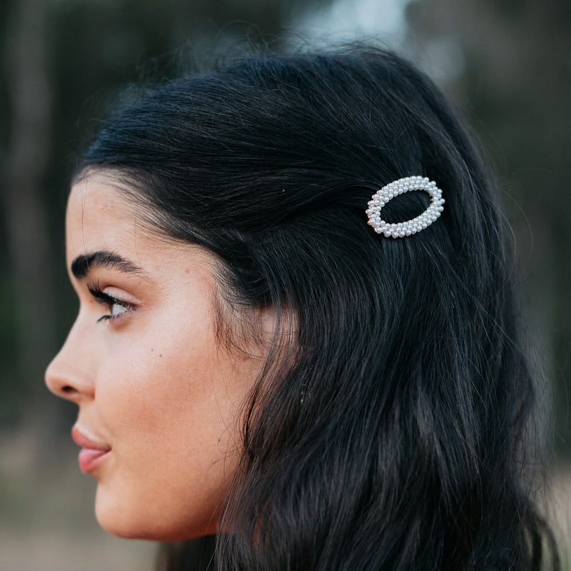 & EVERYTHING NICE BEBE - CIRCULAR PEARL HAIR BARRETTE