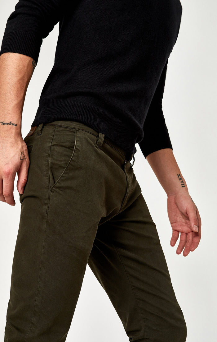 JOHNNY SLIM CHINO IN DARK GREEN TWILL - Mavi Jeans