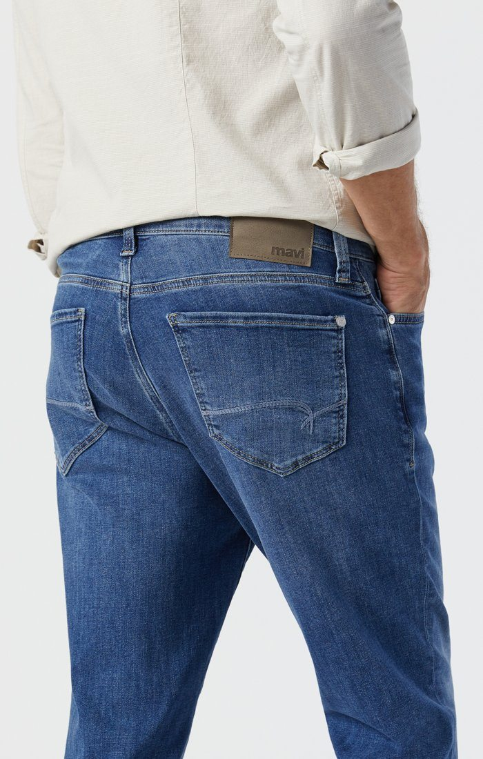 STEVE ATHLETIC JEANS IN MID FOGGY FEATHER BLUE Image 4
