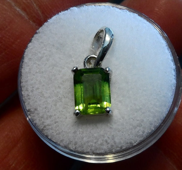 1.61CT EXCELLENT RECTANGLE PERIDOT PENDANT - Blaze-N-Gems