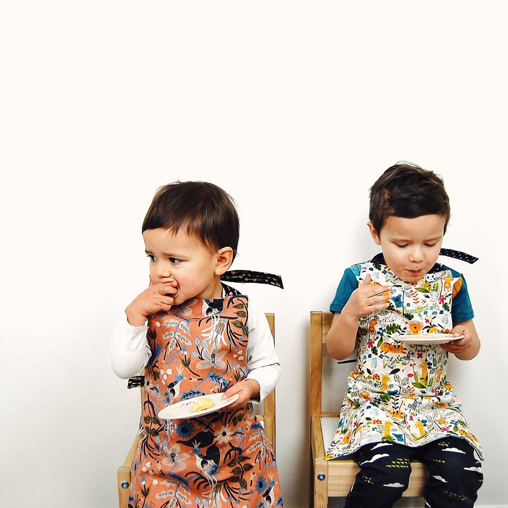 Toddler reversible apron | Animals Rifle Paper Co Bears | Moeder Fox