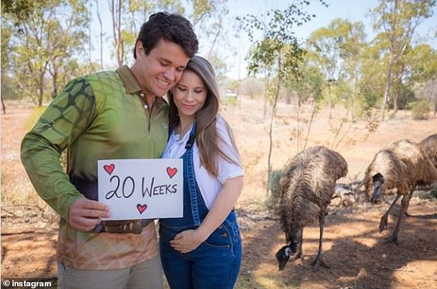 Bindi Irwin shows off her gorgeous 20 week bump in her mumsie overalls!
