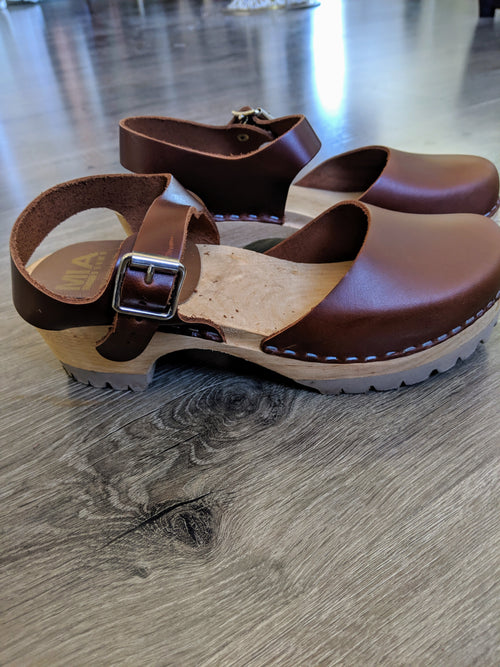FREYA BROWN CLOGS LOW HEEL