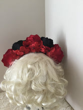 Load image into Gallery viewer, FRIDA - rose flowercrown  - red / black