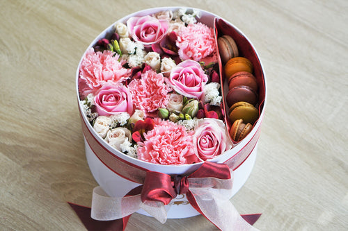 flowers and macaroons in the box ISTORIA