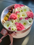 Deluxe flowers & macaroons | Flowers in box