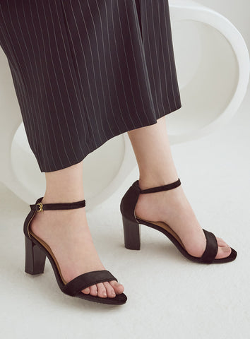 Brianna Flats in So Black