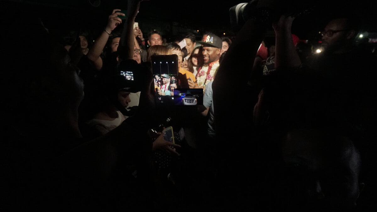 MAYWEATHER WELCOMED BY FANS AND TV REPORTERS