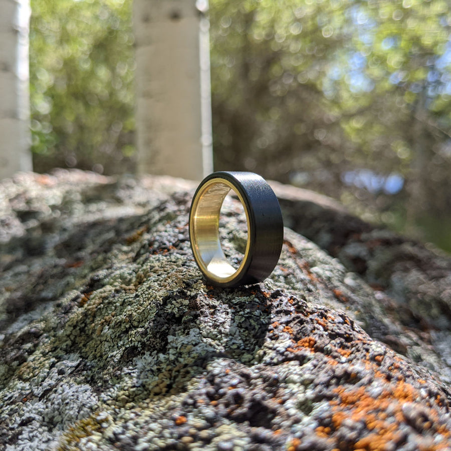 Yellow gold and carbon fiber men's ring