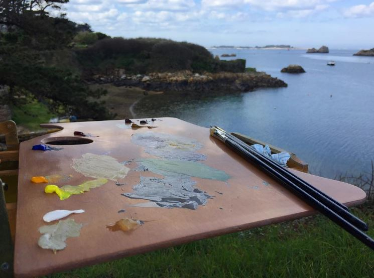 New Wave handcrafted wooden Highland plein air artist palette in the field during a plein air painting session