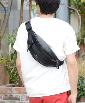 SEAL bum bag PS149 black model over shoulder
