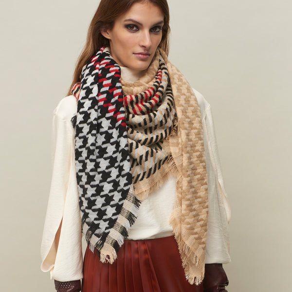 JANE CARR The Houndstooth Square in Beige, checked lambswool cashmere scarf with Lurex – model