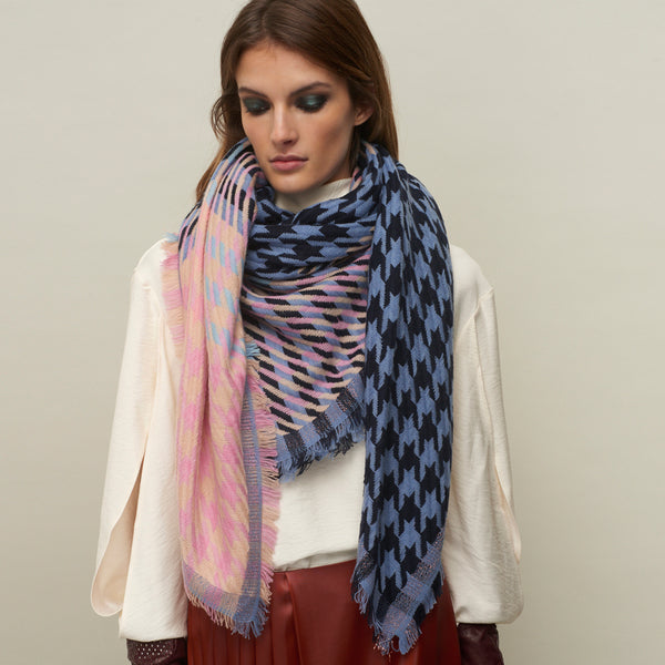 JANE CARR The Houndstooth Square in Hortensia, checked lambswool cashmere scarf with Lurex – model