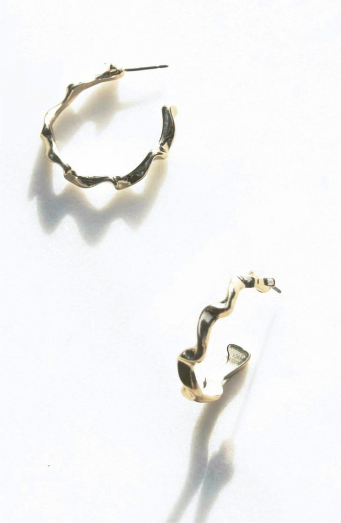 "Crinkle Hoop Earrings in gold silvertone from the early 90s with push backing for pierced ears.   Dimensions :: 1"" x 1"""