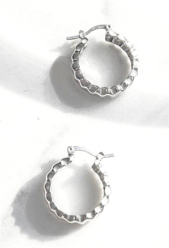Vintage Crinkle Silver Hoop Earrings in 925 silver. Classic round hoops in sterling silver pieces with a rich original patina. Push backing for pierced ears. Made in Italy  Dimensions : 1 x 1 inches