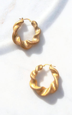 18k Gold Plated 925 silver hoop earrings in a sculptural twist. In perfect condition and never worn with latch push backing.