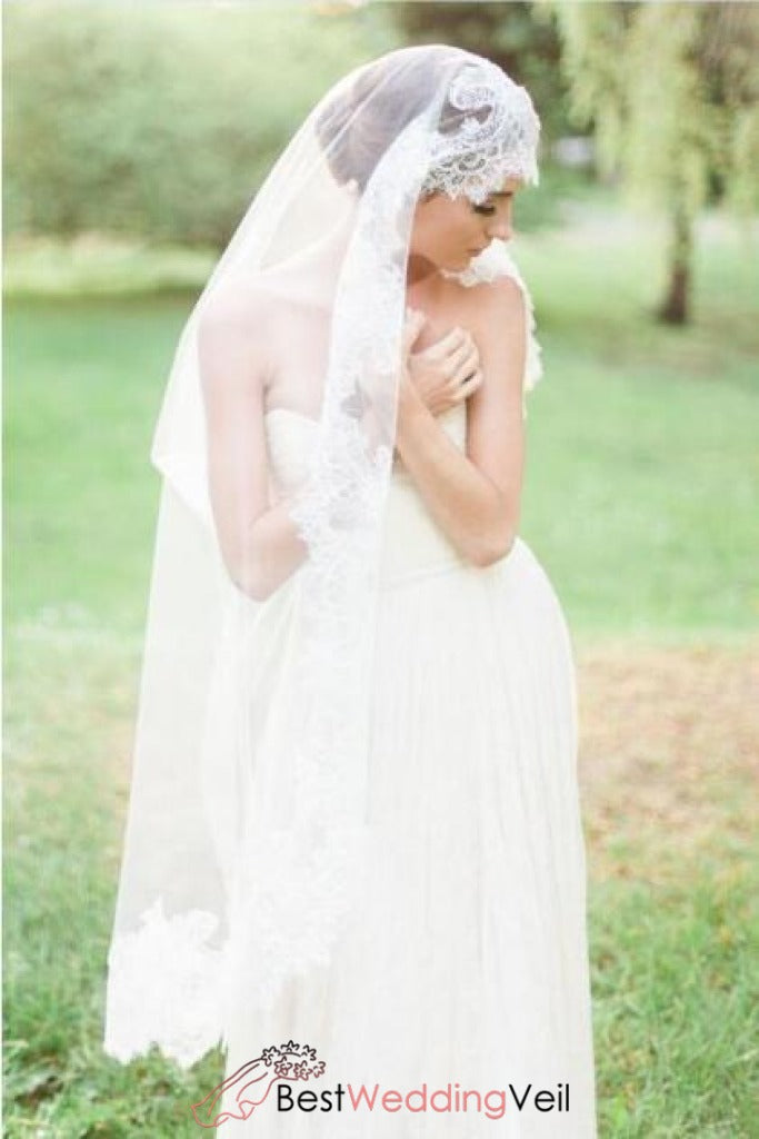chantilly-lace-trim-knee-length-wedding-veil