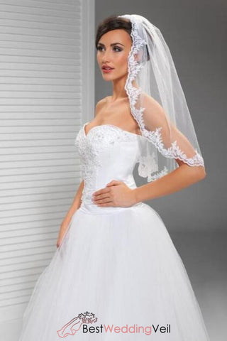 soft-tulle-with-appliqued-lace-short-wedding-veils