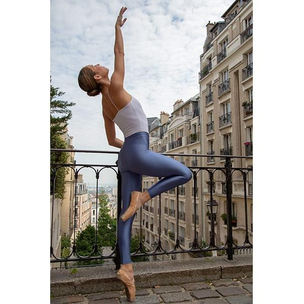 ballerina dancing with blue şeggings and white top in paris streets