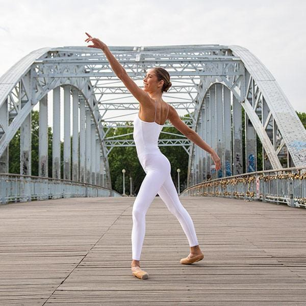 ballerina dancing with white leggings and white top in Paris