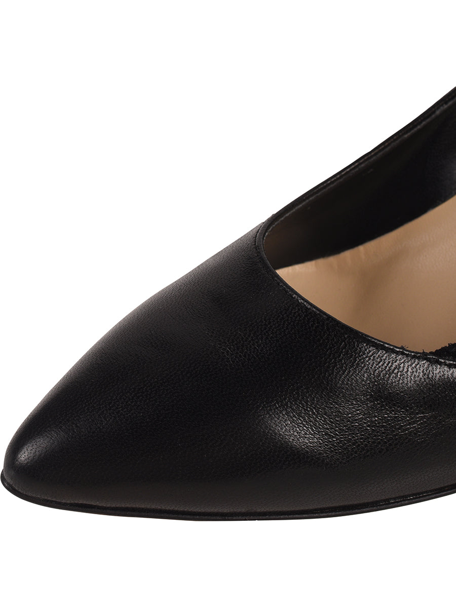 Black pump composed of leather, suede, and patent 6