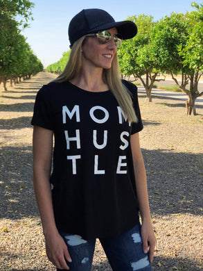 MOM HUSTLE TEE IN BLACK